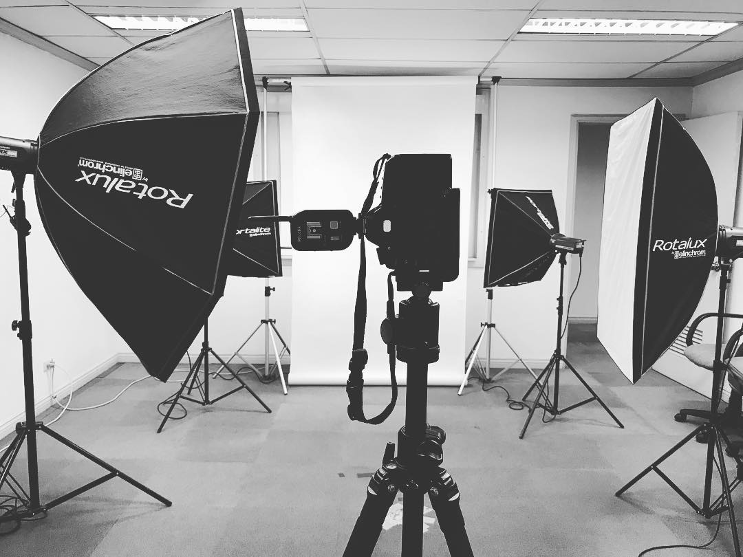 Today is a simple portraits day. Setup: 1 main light, fill and 2 background lights. . . #work #shoot #photoshoot #corporate #portrait #bts #behindthescenes #imagesmithph